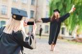 nő vesz kép osztálytársa oklevél, diploma Egyetem közelében alatt részleges megtekintése