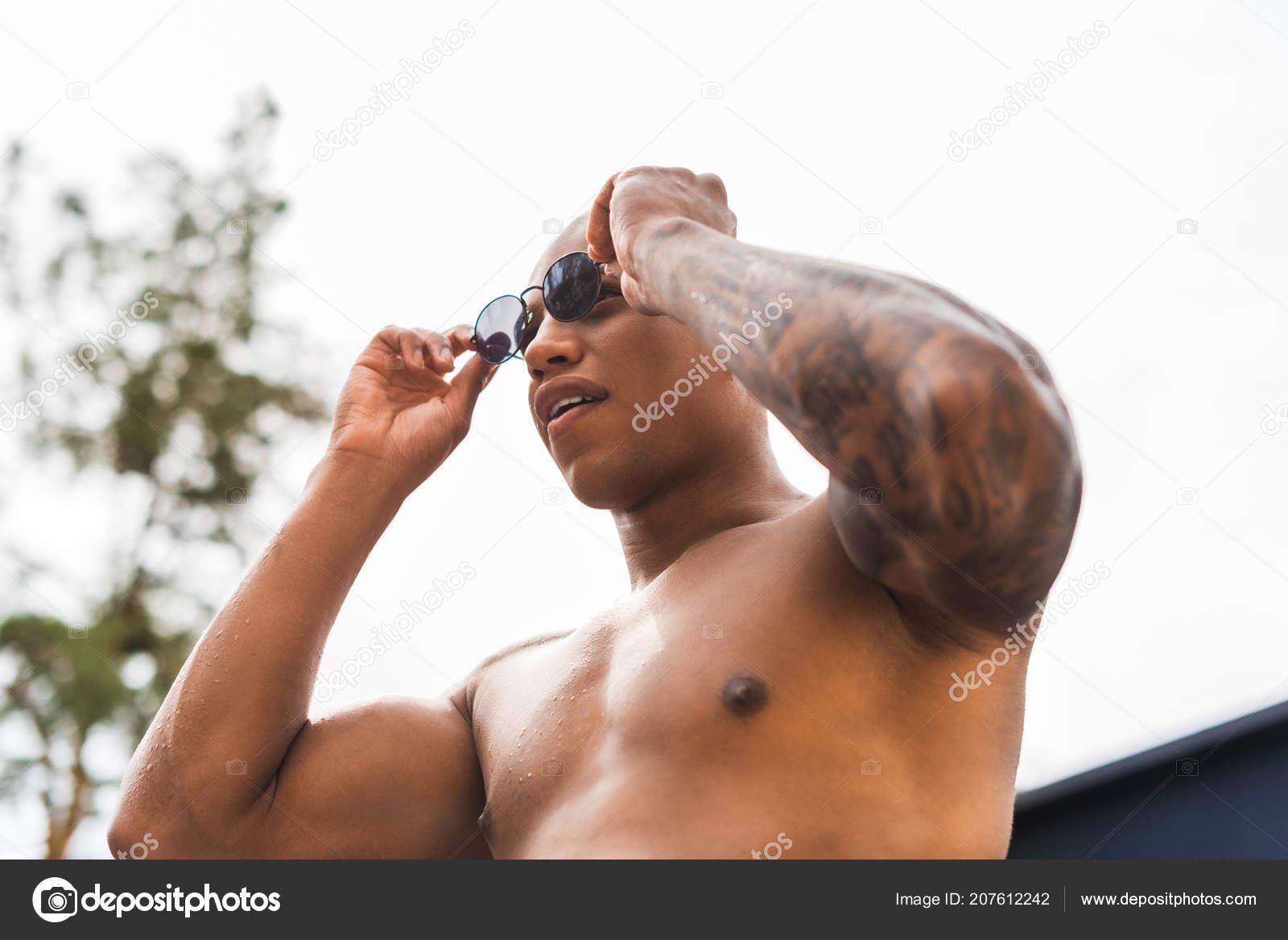 Vista Ângulo Baixo Homem Tatuado Musculoso Decolando Óculos Sol —  Fotografia de Stock 87136aec07