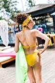 lány séta a közeli medence felfújható matrac sárga fürdőruha hátulnézete
