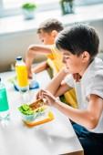 Fotografie Schüler essen gemeinsam in der Schulmensa