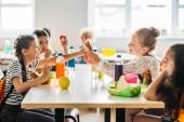Fotografie entzückende SchülerInnen nehmen Mittagessen in der Cafeteria der Schule