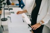 Fotografie částečný pohled těhotná podnikatelka použití tiskárny v office