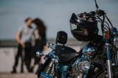 Fotografie Selektivní fokus klasického motocyklu s motorkáři na pozadí