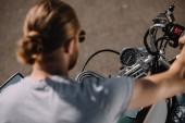 Biker, die auf Vintage classic Motorrad, selektiven Fokus sitzen