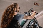 Fotografia coppia di motociclisti che si siede sulla moto cruiser classica