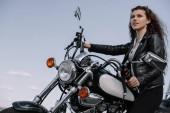 gyönyörű női motoros ül vintage motorkerékpár
