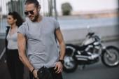 junges Paar mit klassischen Motorrad Reisen