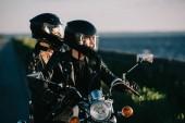 Fotografie pár motorkářů v přilbách Jízda motocyklu