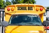 čelní pohled školní autobus s nápisem na přední sklo