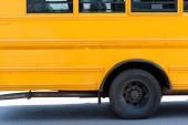 Fotografie boční pohled na tradiční žlutý školní autobus
