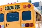 zadní pohled na školní autobus s nápisem nad zadními dveřmi