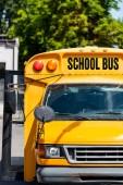 čelní pohled na tradiční školní autobus s nápisem na přední sklo