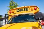 částečný pohled tradiční školní autobus s nápisem na přední sklo