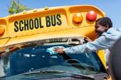 Fotografie řidič šťastný zralé afroamerické autobusu stírání čelního skla školní autobus