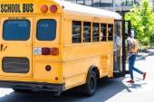 Schüler auf Parkplatz in Schulbus gelaufen