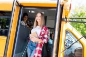 Teen školačka vyšla školní autobus a hledat dál