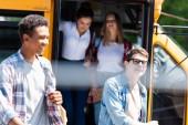 Skupina teenagerů šťastný studentů vyšla školní autobus