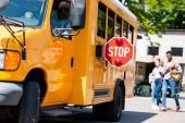 Fotografie vedoucí školního autobusu řidič při pohledu na dospívající šel za autobus