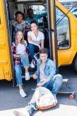 a csoportban a boldog tini tudósok ül iskolabusz vezető belső rész és látszó-on fényképezőgép