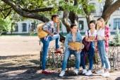 a tinédzserek ül az iskola kertjében együtt csoport