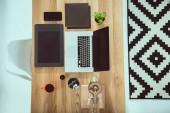 Fotografia vista superiore del portatile con grafica tablet e smartphone su legno tavolo ufficio