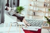 Fotografie Entspannung mit den Händen auf Gesicht sitzend auf Sofa im Büro müde Geschäftsfrau