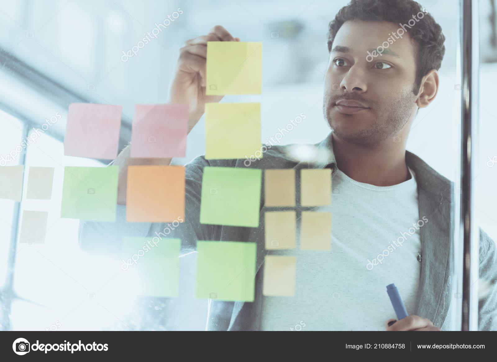 Jeune homme d affaires noir avec téléphone portable au bureau