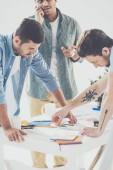 Fotografie multiethnische Jungunternehmer arbeiten mit Papieren in Büro, Teamarbeit Geschäftskonzept