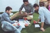 Fotografie boční pohled na podnikání lidí, kteří na nový podnikatelský plán, obchodní spolupráce