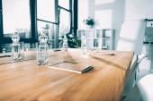 prázdné konferenční sál s lahví vody a poznámkové bloky