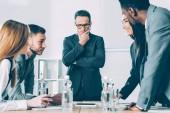mnohonárodnostní úspěšní podnikatelé bavit v konferenčním sále
