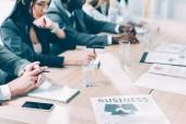 Oříznout záběr mnohonárodnostní obchodních partnerů v konferenčním sále