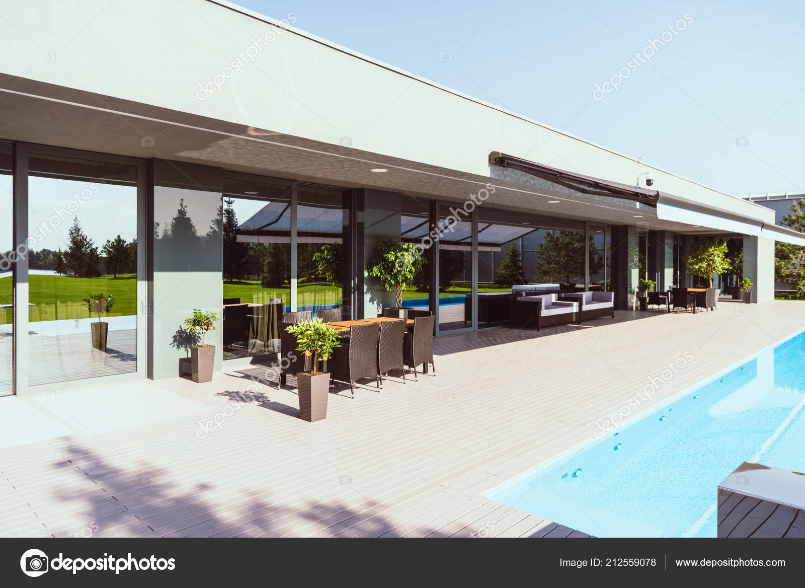 Moderna casa campo con piscina poco rboles sillas mesas for Casas de campo modernas con piscina