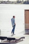 felnőtt ember beszél a smartphone-tónál: country house