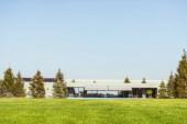 szelektív összpontosít zöld pázsit és korszerű hétvégi ház alatt kék clear sky