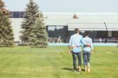 Fényképek pár ölelni egymást, és a séta a gyep közelében Tájház hátsó nézet