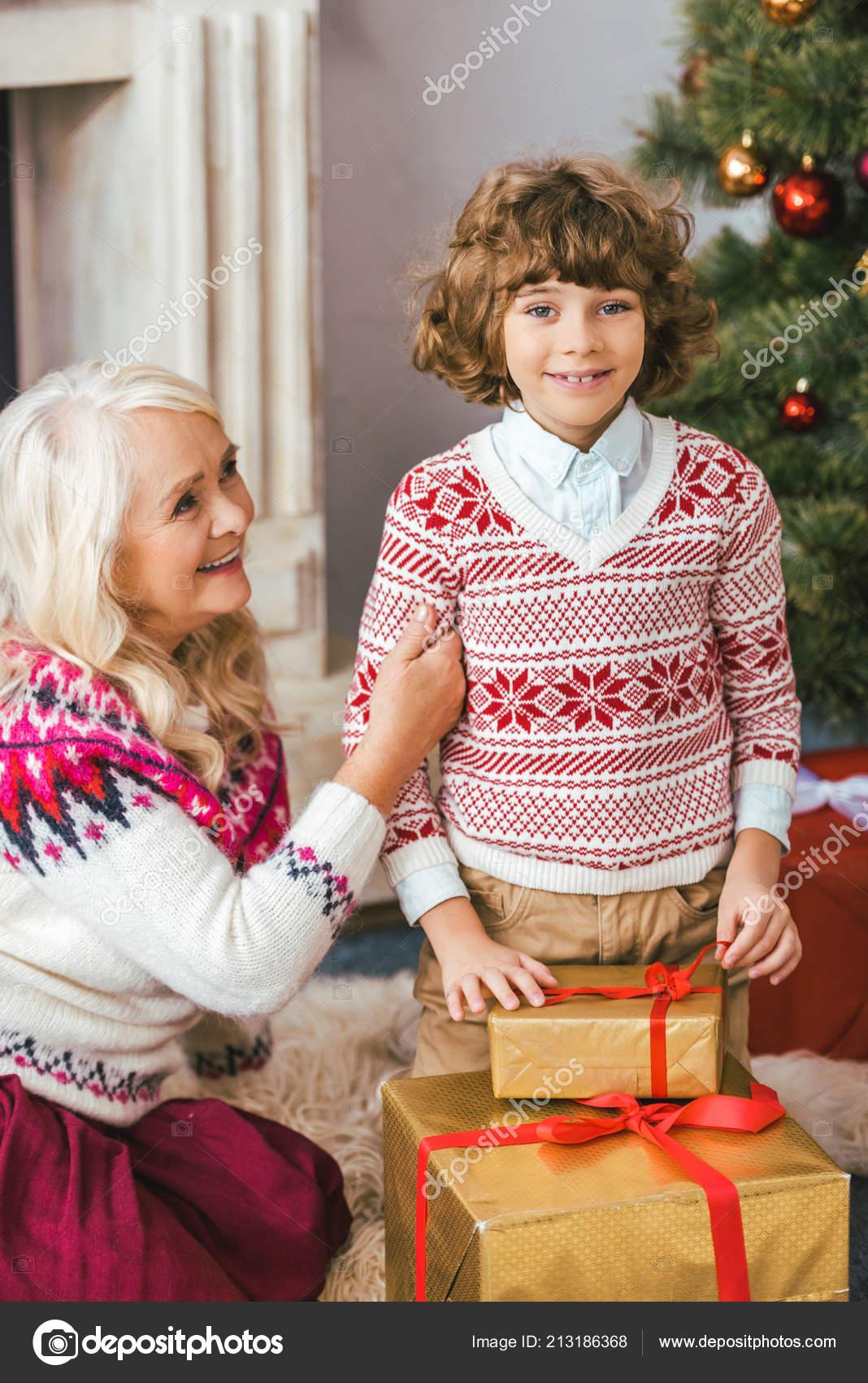 Regali Di Natale Per Le Nonne.Nonna Nipote Con Regali Natale Che Guarda Obbiettivo Foto Stock