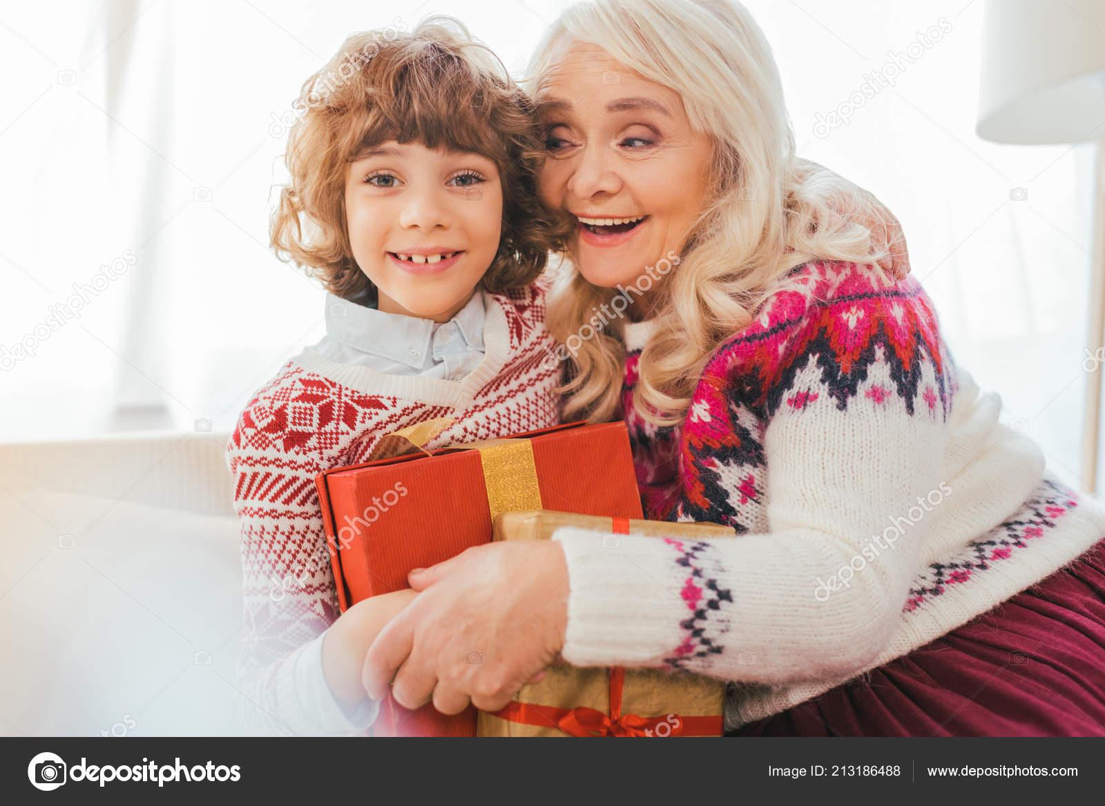 Regali Di Natale Per La Nonna.Nonna Che Abbraccia Suo Nipote Con Regali Natale Foto Stock