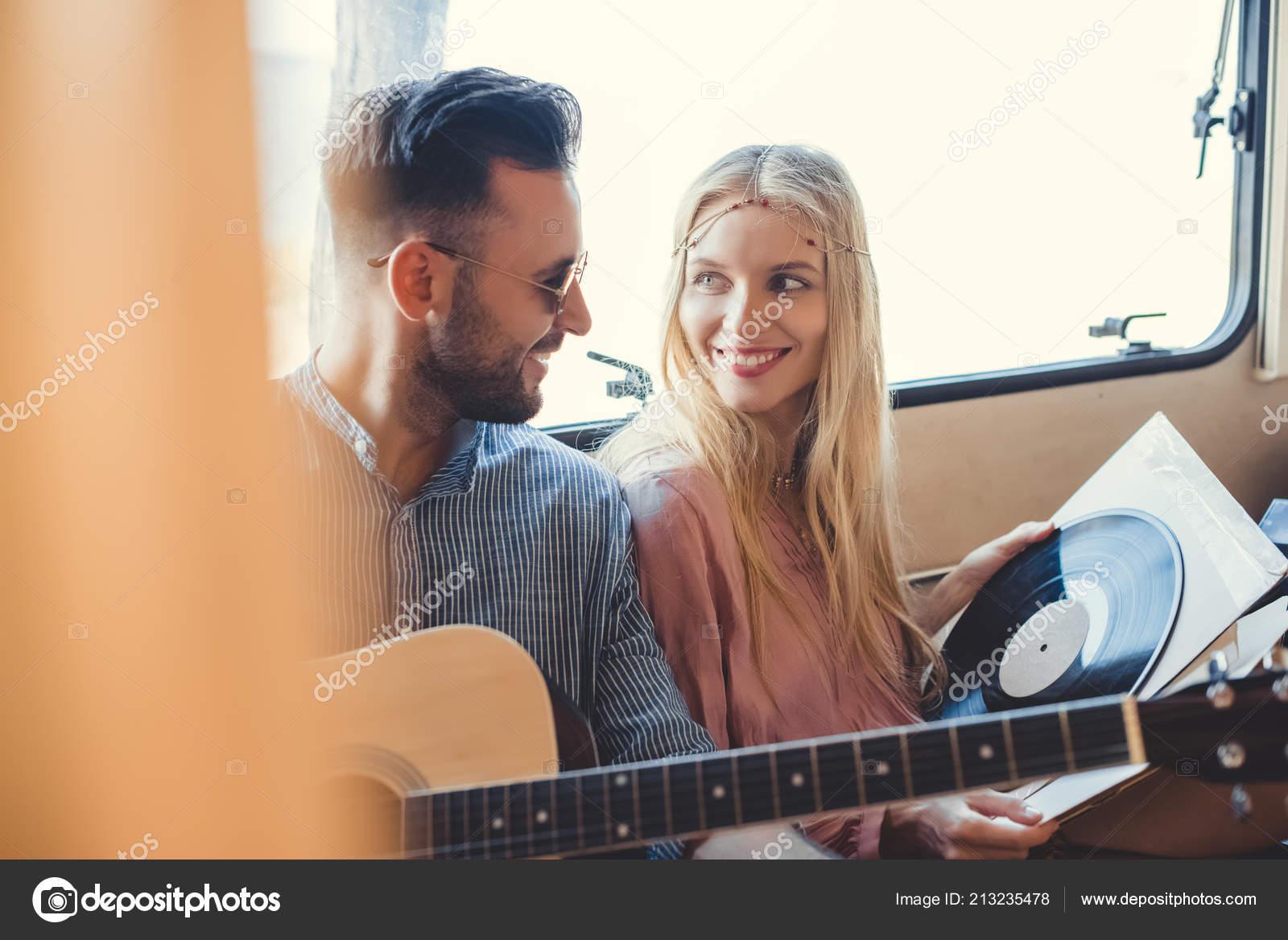 couple belle hippie repos intrieur remorque avec rendu acoustique guitare photo
