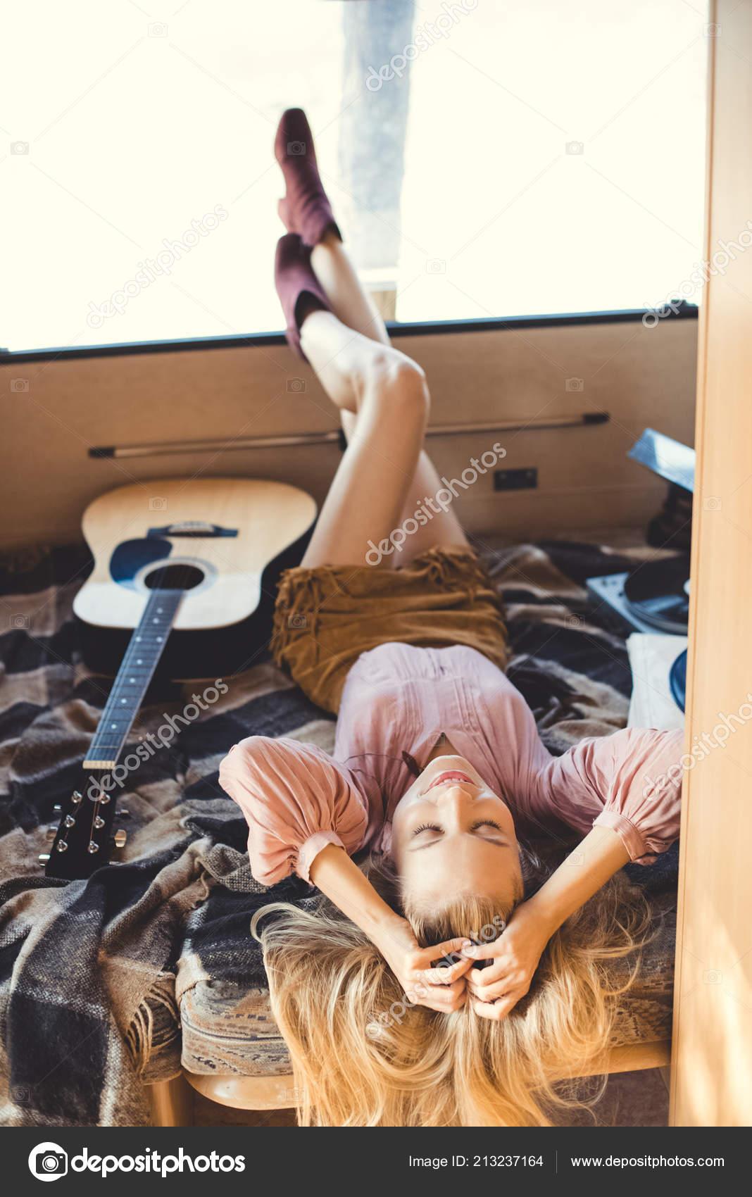 fille de hippie reposante lintrieur de la remorque avec le joueur de guitare et vinyle acoustique image de arturverkhovetskiy