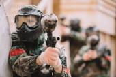 Fotografie mužské paintballer brýle maska vztahuje paintball úvodní zaměřená značka Gun venku