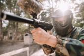 zaměřené hráče mužské paintball brýle masky a maskování zaměřené paintball zbraň venku