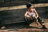 Fényképek magabiztos fiatal női paintballer fehér szingulett és bámészkodik maszk kint tartja a paintball fegyver