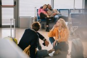mladí lidé se zavazadly v letištní terminál