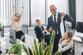 šťastné podnikání mladých lidí pozdrav usmívající se kolega v kanceláři