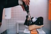 Fotografie oříznuté shot sportovce na umělou nohu v převlékací místnosti Gym
