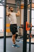 Fényképek csinos fiatal sportoló mesterséges láb bul ups edzőteremben csinál