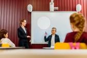 Fotografie učitelů a žáků, které při pohledu na chlapce dělat prezentaci na interaktivní tabule