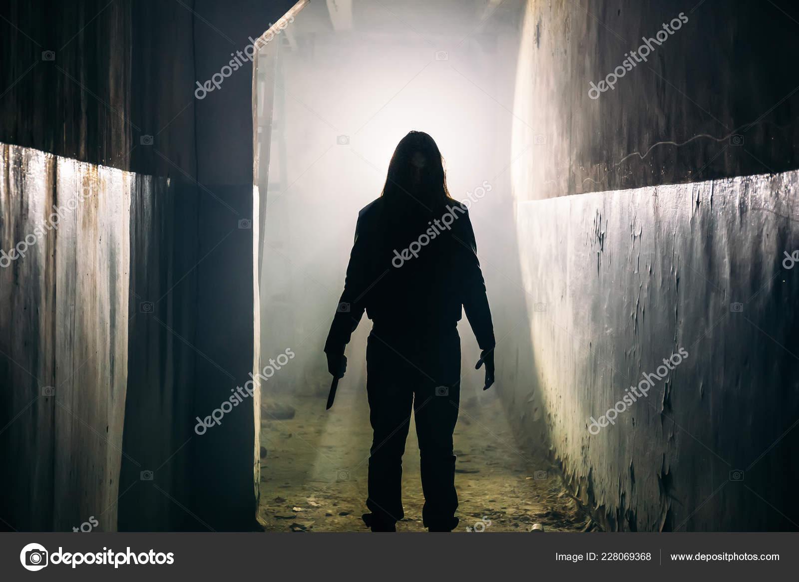 Silhueta De Assassino Manaco Ou Horror Homem Com A Faca Na Mo No Escuro Corredor Horripilante E Assustador Ladro Criminal Conceito