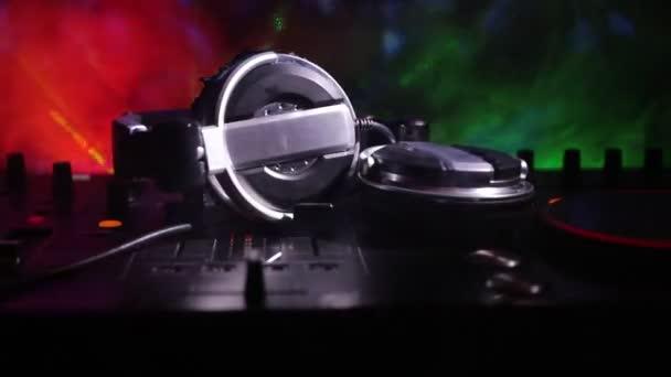 A szelektív összpontosít Pro dj ellenőr. Dj konzol DJ keverő pult, zene buli, szórakozóhely, színes disco fények. Zár megjelöl kilátás